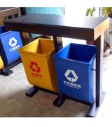 户外分类钢制垃圾桶,户外,分类,钢制,垃圾桶,HC2253,户外,分类,钢制,垃圾桶,架式,结构,黑色,支架,一黄,一蓝,两个,黄色,可回收,蓝色,外形,简单,美观,